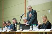 Leo Müller, Gemeindepräsident von Ruswil, informierte am Montag zusammen mit Silvia Bolliger vom Gesundheits- und Sozialdepartement und weiteren Behörden über die geplante Asylunterkunft. (Bild Boris Bürgisser)