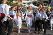 Auch der Tanz kann die Integration fördern. Im Bild: ein Volkstanz des Vereins Zug-Kalesija. (Bild: Roger Zbinden)