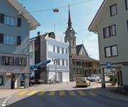 Das ehemalige Wohn- und Geschäftsgebäude an der Hauptstrasse in Oberägeri im neuen Kleid. (Bild: Maria Schmid (30. März 2017))