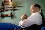 Matthias Adrian in seiner Dreizimmerwohnung. Er fürchtet sich vor Verfolgung und lässt sich nur von der Seite fotografieren. (Bild Rudi-Renoir Appoldt)