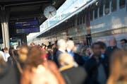Auch einige von ihnen treffen die Sparmassnahmen des Kantons Zug: Der Pendlerabzug wird begrenzt. Unser Bild stammt vom Bahnhof in Rotkreuz. (Bild: Maria Schmid / ZZ)