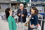 Tony Zwyssig im Gespräch mit Anna Balbi (links) und Ramona Schneider an der Innovage-Jahrestagung gestern im Neubad Luzern. (Bild Philipp Schmidli)