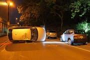 Der Verunfallte liess das Auto auf der Industriestrasse liegen. (Bild: Zuger Polizei)
