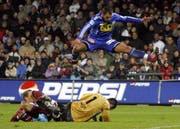 Bellinzona-Goalie Bucchi rettet vor Jacopo Ravasi. (Bild Keystone)