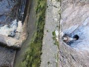 Im Vordergrund eines der Becken der jetzigen ARA. Rechts ist der Bohrkopf erkennbar, der am Donnerstag die Zielgrube erreichte. In das Loch wird nun die Kunststoff-Abwasserleitung eingezogen. (Bild: PD)