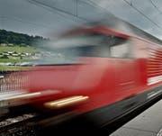Ein Interregiozug passiert einen Bahnhof. (Bild: Pius Amrein)