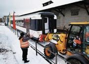 Der SBB-Wagen wird abgeladen. (Bild: Stefan Kaiser (Cham, 18. Dezember 2017))