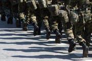 Symbolbild: Militär-Angehörige marschieren durch Bern. (Bild: KEYSTONE/Alessandro della Valle)