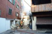 Insgesamt 50 Rettungskräfte waren im Einsatz, um den Brand nach der Explosion zu löschen. (Bild: pd)