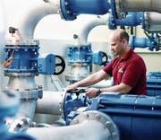 Der Brunnenmeister Josef Hermann kontrolliert eine Pumpe. (Bild: Stefan Kaiser (Rotkreuz, 16. März 2017))