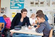 Journalistin Flurina Valsecchi erklärt 5.-Klässlern im Schulhaus Hofmatt in Horw, wie Zeitung gemacht wird. (Bild Dominik Wunderli)