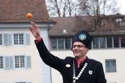 Grosses Orangenwerfen: Zunftmeister Edi Scherer machts Spass. (Bild: Boris Bürgisser / Neue LZ)