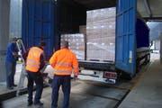 Polizisten beim Kontrollieren eines Lastwagens. (Bild: Kantonspolizei Uri)