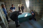 Handwerker bringen im Gütsch ein neues Möbel. (Bild: Pius Amrein / Neue LZ)