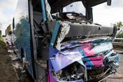 Die total demolierte Kabine des Cars. (Bild: Keystone / Alexandra Wey)