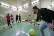 Ein angehender Sekundarlehrer zeigt, wie lange der Knall eines zerplatzenden Ballons im Hallraum nachhallt. (Bild: PH Luzern)