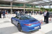 Für das Aufrichtefest hat Porsche schon einmal einige Boliden vorgefahren. (Bild: Silvan Meier)
