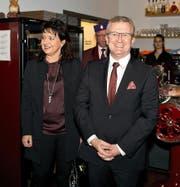 Der designierte Räbevater Pirmin Andermatt betritt mit Gattin Morena das Restaurant Maienrisli. Bild: Maria Schmid (Baar, 11. November 2016)