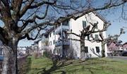 Eines der dreizehn Mehrfamilienhäuser in der Gartenstadt, die Neubauten weichen sollen. (Bild: Werner Schelbert (Zug, 15. März 2017))