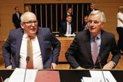 EU-Kommissionsvizepräsident Frans Timmermans und EU-Brexit-Unterhändler Michel Barnier. (Bild: Julien Warnand/EPA (Luxemburg, 27. April 2017))