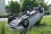 Die Unfallstelle in Cham. Der Lenker stieg unverletzt aus diesem Auto. (Bild: Zuger Polizei)