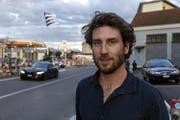Timothy Studer vor seiner Arbeit «Shifting» auf dem Centralplatz in Emmenbrücke. (Bild: PD/Niklaus Spoerri)