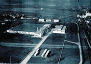 Bereits 1930 stehen in der Affoltern-Schlaufe westlich der Bahngleise die ersten Fabrikhallen der Landis & Gyr. Am rechten oberen Bildrand ist die Untermühle zu sehen, die heute noch steht.