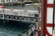 Ein Fensteraufsatz für den Adventskalender am Schild-Gebäude steht am Geländer zur Reuss. Zwei andere sind in die Reuss hinein gefallen. Ob dies dem Sturm geschuldet ist, ist noch unklar. (Bild: Leserbild)