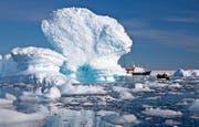 Eisberge im antarktischen Meer. Schmelzen die Polkappen, hätte dies einen drastischen Anstieg des Meeresspiegels zur Folge. (Bild: Keystone/Andrew Halsall)