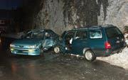 Die beiden total beschädigten Autos an der Unfallstelle in Bisisthal. (Bild Kantonspolizei Schwyz)