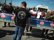 Anhänger des nationalistischen Wahlbündnisses «Vereinigte Patrioten» blockierten gestern die bulgarisch-türkische Grenze.Bild: Vassil Donev/EPA (Sofia, 24. März 2017)
