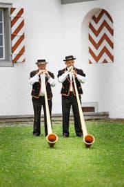 Josef Erni (links) mit Willi Marti aus Willisau beim Wettvortrag auf dem Landenberg. (Bild Manuela Jans)