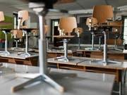 Schülerpulte und Stühle in einem Klassenzimmer (Symbolbild) (Bild: Keystone)