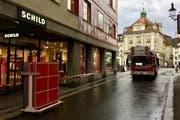 Die Feuerwehr sperrte den Zugang zum Schild vom Reussteg her vorübergehend ab. (Bild: Leserbild)