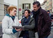 Liz Ritschard (Delia Mayer, Mitte) und Reto Flückiger (Stefan Gubser) mit der neuen kriminaltechnischen Leiterin Corinna Haas (Fabienne Hadorn) am Tatort (Bild: SRF / Daniel Winkler)