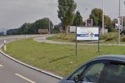 Der unbekannte Lenker hat die Strasse deutlich verfehlt: Diese Willkommenstafel ist durch sein Fahrzeug ramponiert worden. (Bild: Google Streetview/Screenshot)
