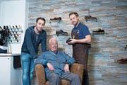 Es steht ein Generationenwechsel an. Michael Sergi (rechts) übernimmt das Schuhmachergeschäft seines Vaters Giovanni (Mitte) und arbeitet mit Bruder Patrick zusammen. (Bild: Maria Schmid (Zug, 25. Januar 2017))