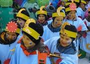 Die Bürgler Kinder trotzten an der Schulfasnacht dem heftigen Schneetreiben und der eisigen Kälte. (Bild pd)