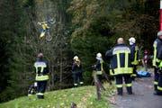 Die Feuerwehr holt den Töff aus dem Abhang. (Bild: Geri Holdener, Bote der Urschweiz)
