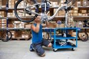 Schrauben, was das Zeug hält: Biketec stellt auf Sechs-Tage-Produktion um, so gross ist die Nachfrage nach dem Flyer derzeit. (Bild: Keystone/Alessandro della Bella)