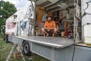 Er ist am liebsten barfuss unterwegs: David L. in seiner fahrenden Wohn-Werkstatt. (Bild Christoph Riebli)