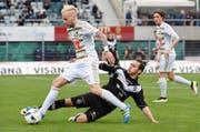 Die beiden Torschützen im Zweikampf: Luganos Anastasios Donis versucht, dem Luzerner Markus Neumayr den Ball vom Fuss zu spitzeln – beobachtet von Hekuran Kryeziu. (Bild: Keystone/Gabriele Putzu)