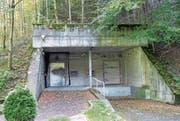 Alles streng geheim: Der Eingang zum Bunker K7 in Attinghausen wird mit Videokameras überwacht. (Bild: Archiv «Urner Zeitung»)