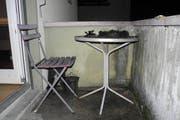 Die Polizei konnte dank des raschen Eingreifens schlimmere Schäden verhindern. Im Bild der Tisch mit dem abgebrannten Adventskranz. (Bild: Kantonspolizei Schwyz)