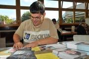 Jonny Schleiss, Mitarbeiter der Weidli-Werkstätte, verpackt die Wahlcouverts für Emmetten. (Bild Matthias Piazza)