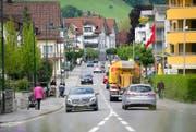 Zu Spitzenzeiten herrscht dichter Verkehr auf der Brünigstrasse durchs Dorf. Bild: Corinne Glanzmann (Alpnach, 24. Mai 2016)