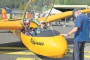Wiedersehen: Georg Fliess (rechts) hat die Spyr Va selber 40 Jahre geflogen. Heutiger Besitzer ist Thomas Fessler (vorne am Steuer). Hinten Passagier Simon Muff. (Bild: Robert Hess/NZ, Buochs, 23. September)
