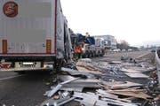Der LKW rammte das Auto auf dem Pannenstreifen. (Bild: Kapo Aargau)