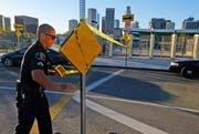 Ein Polizist sperrt mit einem Band die Edward Roybal High School in Los Angeles ab. (Bild: AP/Richard Vogel)