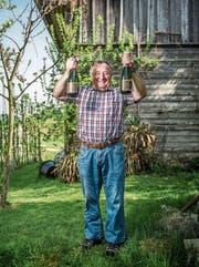 Peter Stutzer zeigt den preisgekrönten Apfelschaumwein mit Holunder (links) auf seinem verpachteten Hof. (Bild: Dominik Wunderli (Küssnacht, 12. April 2017))
